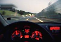 Panel de control iluminado de la conducción de automóviles en carretera - foto de stock