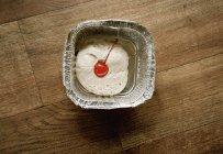 Direttamente sopra la vista di gelato e ciliegia in cestino sul tavolo — Foto stock