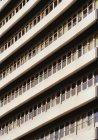 Полный кадр наклона выстрел фасада с балконов и окон в строках — стоковое фото