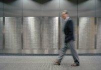 Verschwommene Mann zu Fuß entlang Safes — Stockfoto
