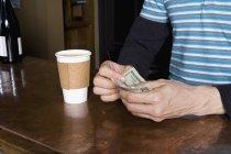 Immagine potata di uomo che paga per caffè Take-away — Foto stock