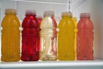 Ряды бутылок сока в холодильнике — стоковое фото