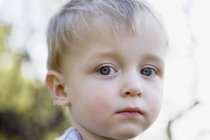 Портрет мальчика, выглядящего грустным — стоковое фото