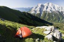 Touristenzelt am Hang des Gebirges — Stockfoto