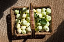 Прямо над видом плетеной корзины зеленых яблок — стоковое фото