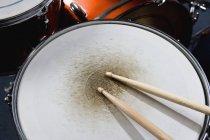Обітнутого зображення барабанні палички на малий барабан — стокове фото