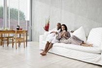 Молода пара розслабляючий на дивані в ранок — стокове фото