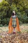 Toute la longueur de femme souriante portant Couronne et en regardant loin parc automne — Photo de stock
