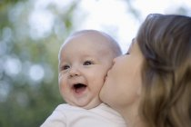 Eine Mutter küssen ihr Baby boy — Stockfoto