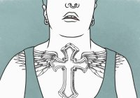 Sezione centrale dell'uomo con tatuaggio trasversale sul petto sullo sfondo blu — Foto stock