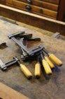 Chiuda sulla vista di morsetti sul banco in officina — Foto stock