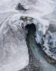 Vista aérea de las olas marinas que fluyen a través del glaciar - foto de stock