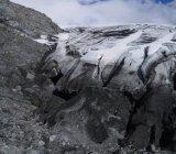 Заморожені скелястого обриву схилу проти неба — стокове фото