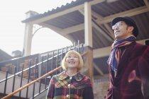 Lächelnde paar tragen im Herbst Outfit stehen gegen Haus — Stockfoto