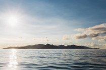 Vue panoramique de l'île idyllique en mer contre le ciel pittoresque — Photo de stock