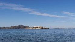 Vista in lontananza l'isola di Alcatraz San Francisco Baia contro il cielo — Foto stock
