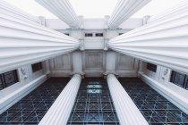 Vue du dessous de la construction de façade avec des colonnes — Photo de stock
