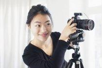 Giovane donna sorridente che fotografare con la macchina fotografica — Foto stock