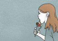 Donna leccare gelato cono su sfondo blu — Foto stock