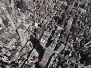 Vista aérea Empire State Building elevando-se acima da cidade ensolarada, Nova York, Nova York, EUA — Fotografia de Stock