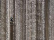 Luftaufnahme landwirtschaftliche Traktor pflügen Feld, Bakersfield, Kalifornien, Vereinigte Staaten — Stockfoto
