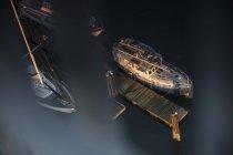 Barcos amarrados en muelle tranquilo - foto de stock