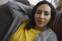Спокойная женщина отдыхает на диване — стоковое фото