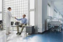Arztgruß, Händeschütteln mit Patient im Wartezimmer des Krankenhauses — Stockfoto