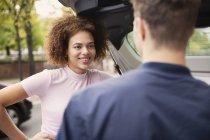 Молода пара говорити на автомобіль — стокове фото