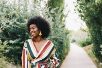 Уверенная молодая женщина на тропе в парке — стоковое фото
