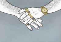 Деталь мужских рук и предплечий, украшенных золотыми украшениями — стоковое фото