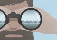 Reflexão do mar em binóculos realizada por um homem com barba — Fotografia de Stock