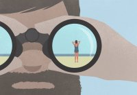 Reflexão da mulher em pé na praia em binóculos realizada por um homem com barba — Fotografia de Stock