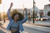 Retrato despreocupado, jovem exuberante na rua urbana, Lisboa, Portugal — Fotografia de Stock