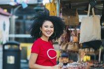 Ritratto sorridente, giovane donna sicura di sé che fa shopping al mercato — Foto stock