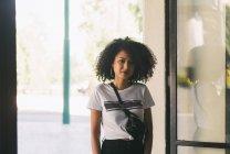 Retrato confiante jovem mulher — Fotografia de Stock