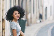 Портрет молодой женщины, улыбающейся на улице — стоковое фото