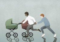 Pais correndo carrinhos de bebê — Fotografia de Stock