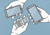 Vista da sopra le mani tenendo il telefono cellulare e gli smartphone — Foto stock