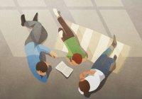 Família relaxante, livro de leitura — Fotografia de Stock