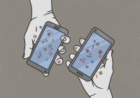 Руки держат смартфоны, покрытые бактериями — стоковое фото