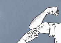 Iniezione a mano di steroidi nei bicipiti flessi dell'uomo — Foto stock