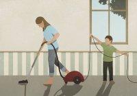 Filho ajudando tapete de vácuo mãe — Fotografia de Stock