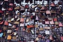 Bloqueios de bloqueio de amor na cerca, Reeperbahn, Hamburgo, Alemanha — Fotografia de Stock