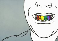 Close up uomo con sorriso dentato mostrando denti arcobaleno — Foto stock
