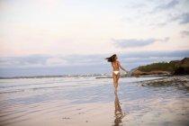 Безтурботна жінка в бікіні працює на пляжі, Саюліта, Найаріт, Мексика — стокове фото