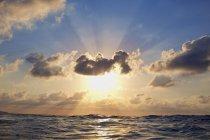 Coucher de soleil tranquille dans un ciel nuageux au-dessus de l'océan, Sayulita, Nayarit, Mexique — Photo de stock