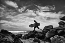 Самець серфінгіста з серфінгом на скелястому березі океану, Хігуера Бланка, Наярит, Мексика — стокове фото