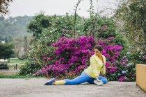 Personal Trainerin beim Training, Stretching im Park — Stockfoto