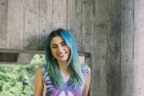 Ritratto di giovane donna sorridente con i capelli blu — Foto stock